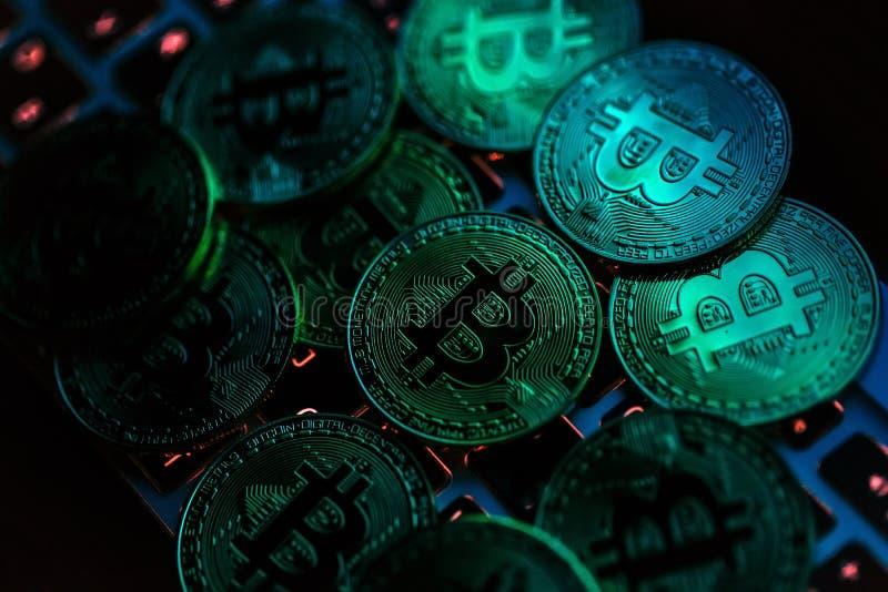 Monedas de Bitcoin en el teclado del ordenador portátil Concepto de Cryptocurrency imagen de archivo