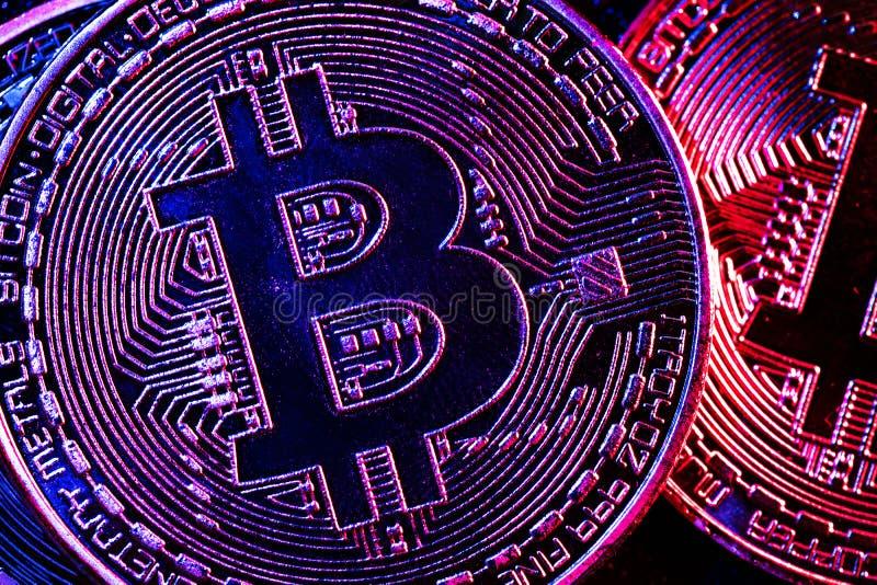Monedas de Bitcoin en una iluminación misteriosa fotografía de archivo libre de regalías