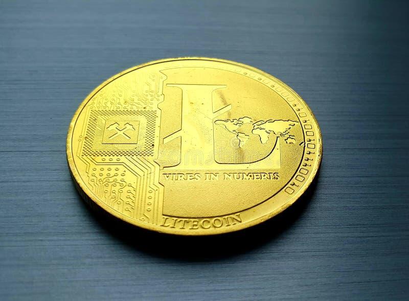 Monedas de bitcoin de litecoína de oro fotos de archivo libres de regalías