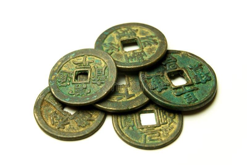 Monedas de bronce chinas antiguas en el fondo blanco fotos de archivo