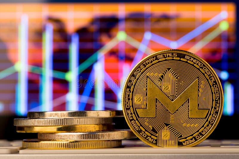 Monedas de Cryptocurrency - el Monero y el otro cierre para arriba fotos de archivo libres de regalías
