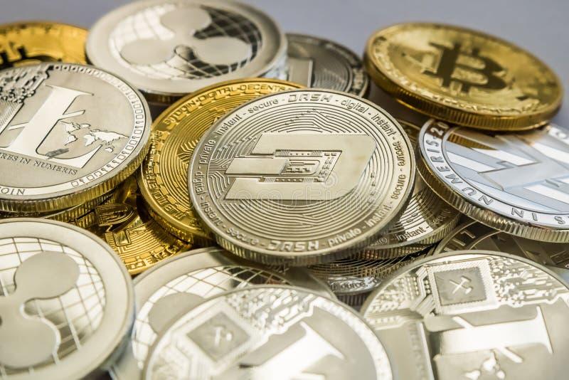 Monedas de Cryptocurrency de la ondulación y de la rociada de Bitcoin Litecoin imágenes de archivo libres de regalías