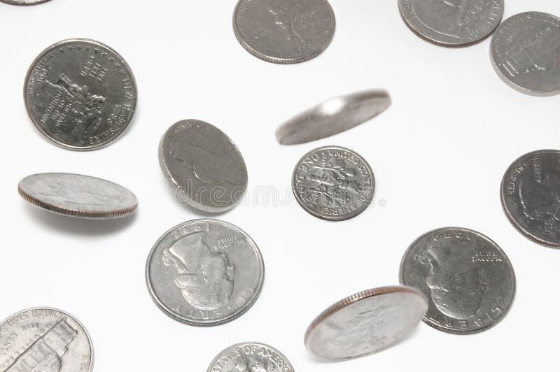 Monedas de los E.E.U.U. que caen en fondo aislado imagen de archivo