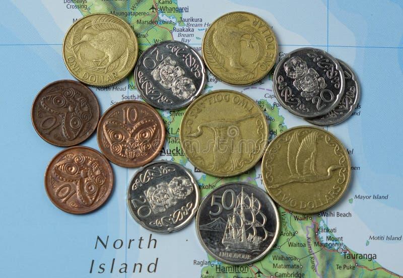 Monedas de Nueva Zelanda en mapa fotografía de archivo