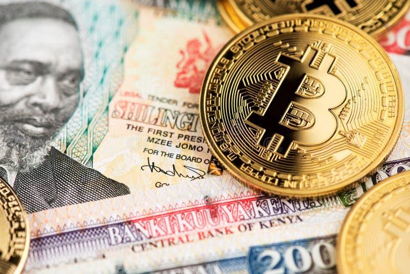 Monedas de oro BTC de Bitcoin Cryptocurrency en billetes de banco de la moneda de Kenyan Shilling fotos de archivo