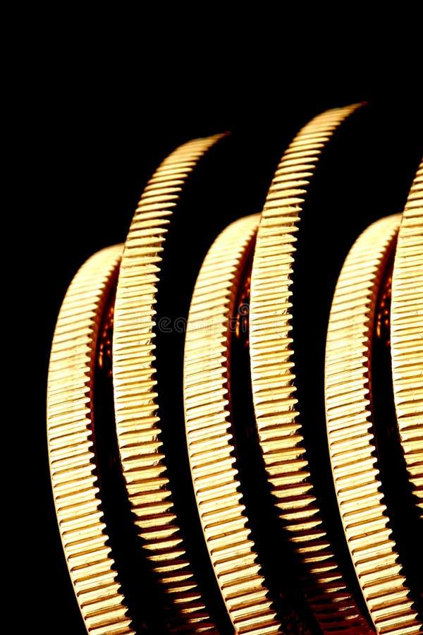 Monedas de oro en el borde fotos de archivo