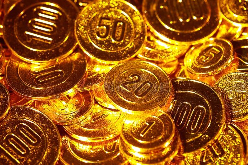 Monedas de oro llenadas en un montón del fondo foto de archivo