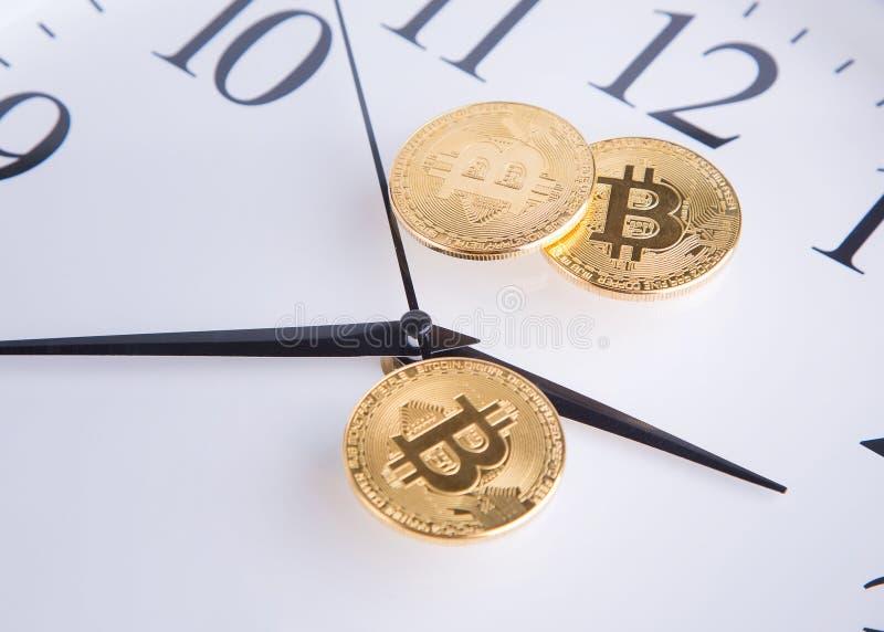 Monedas de oro y manos de reloj imagen de archivo
