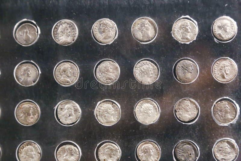 Monedas de plata en el museo de Luxor en Egipto fotografía de archivo libre de regalías