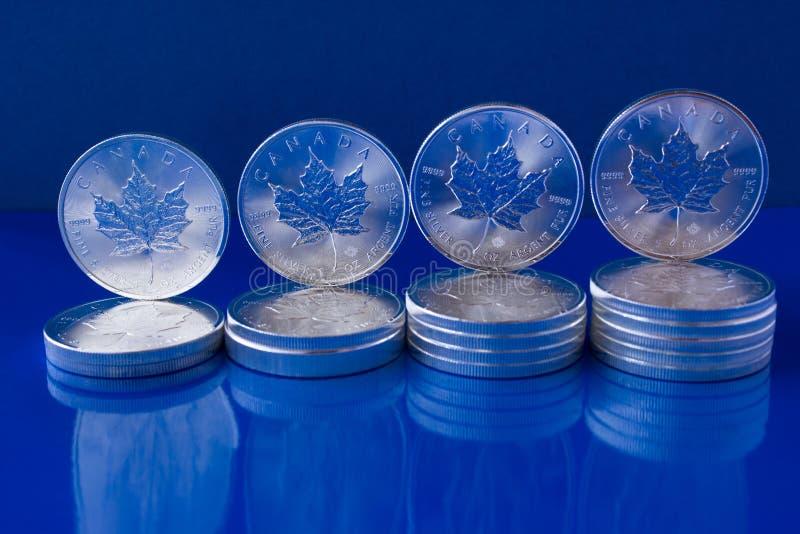 Monedas de plata de las hojas de arce de la inversión de plata imagen de archivo