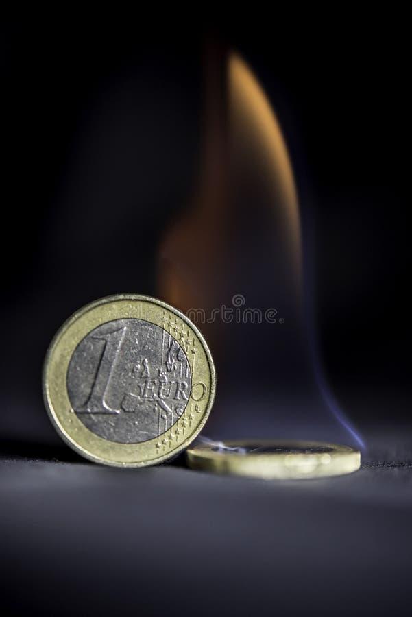Monedas de un euro en el fuego imágenes de archivo libres de regalías