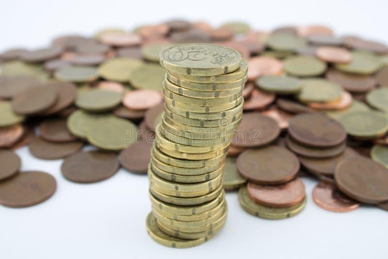 Monedas del centavo euro de la pila veinte en más monedas de poco valor Ahorros de monedas fotografía de archivo
