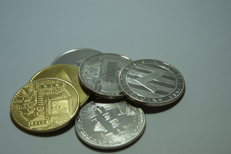 Monedas del cryptocurrency de la plata y del oro en un fondo blanco fotografía de archivo libre de regalías