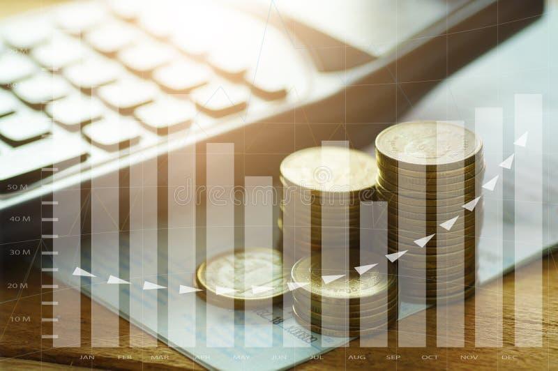 monedas del dinero apiladas con la calculadora en el banco del libro y la aleta del capital imágenes de archivo libres de regalías