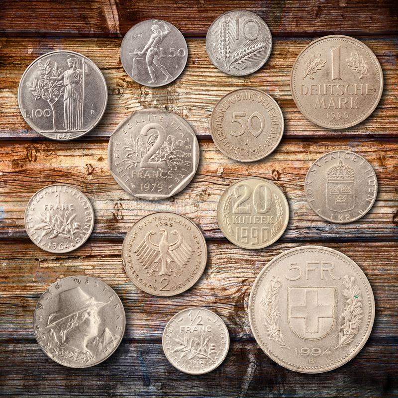 Monedas del metal en el fondo de madera imagenes de archivo