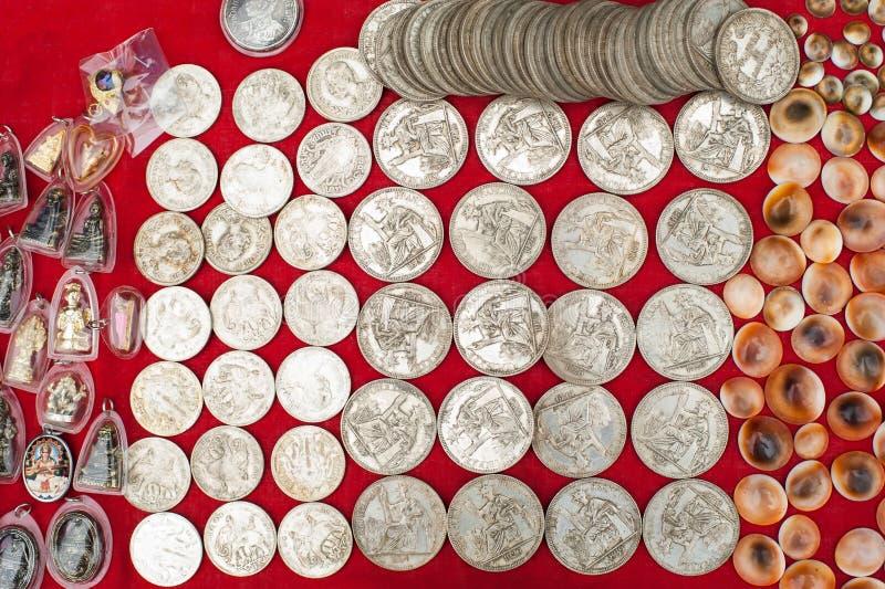 Monedas del recuerdo para la venta en el mercado asiático laos foto de archivo libre de regalías