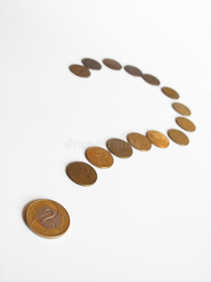 Monedas dispuestas en la pregunta marcha fotografía de archivo libre de regalías