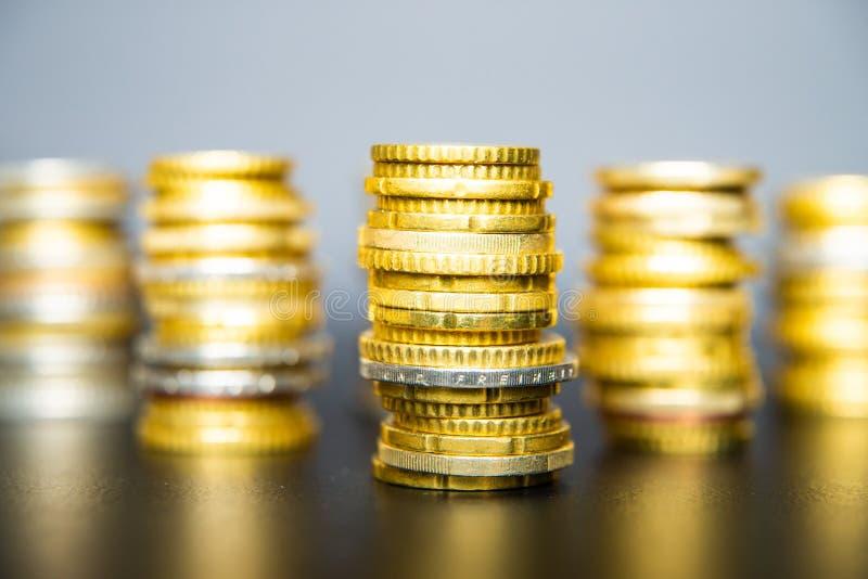 Monedas en euros sobre mesa oscura fotos de archivo