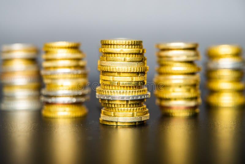 Monedas en euros sobre mesa oscura fotos de archivo libres de regalías