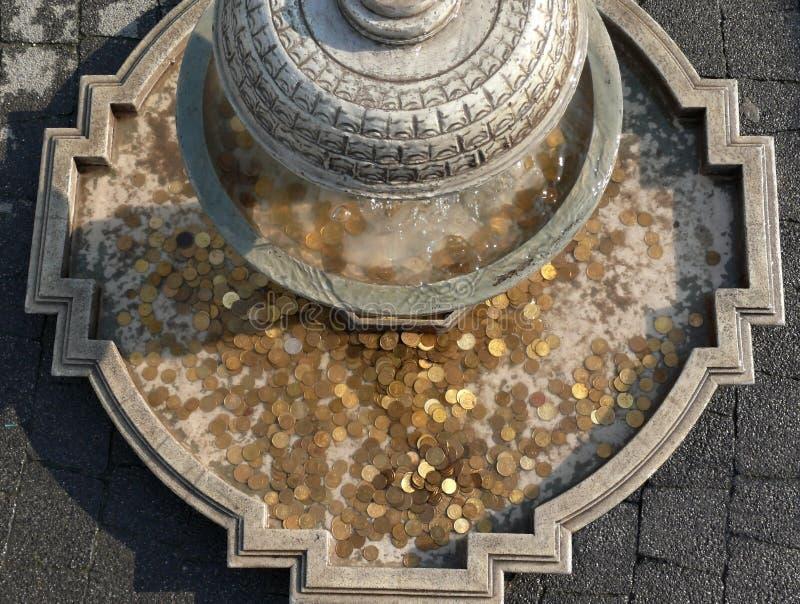 Monedas en fuente histórica imagen de archivo