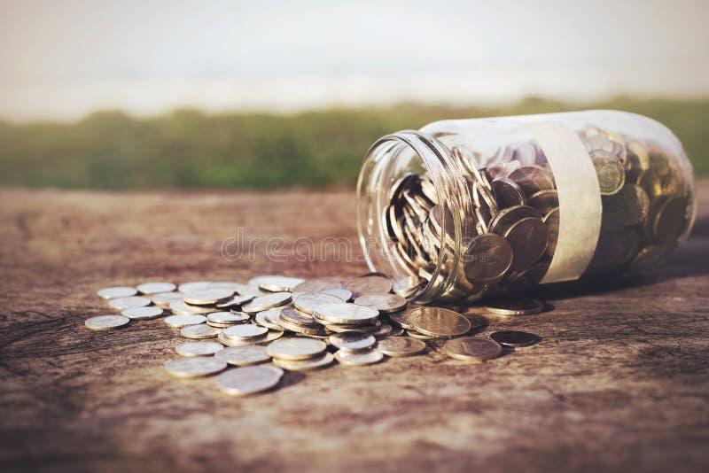 Download Monedas en la madera imagen de archivo. Imagen de renta - 64200895