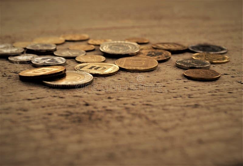 Monedas en la tabla foto de archivo libre de regalías