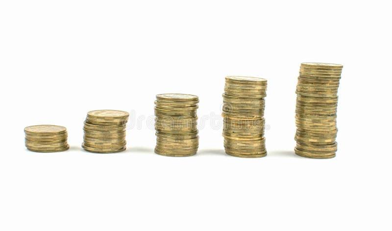 monedas en un fondo aislado Dinero de ahorro, acumulando para la realización de un sueño fotografía de archivo