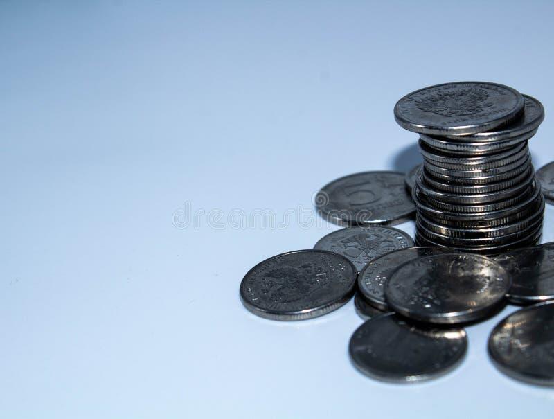 Monedas en un fondo blanco imagenes de archivo