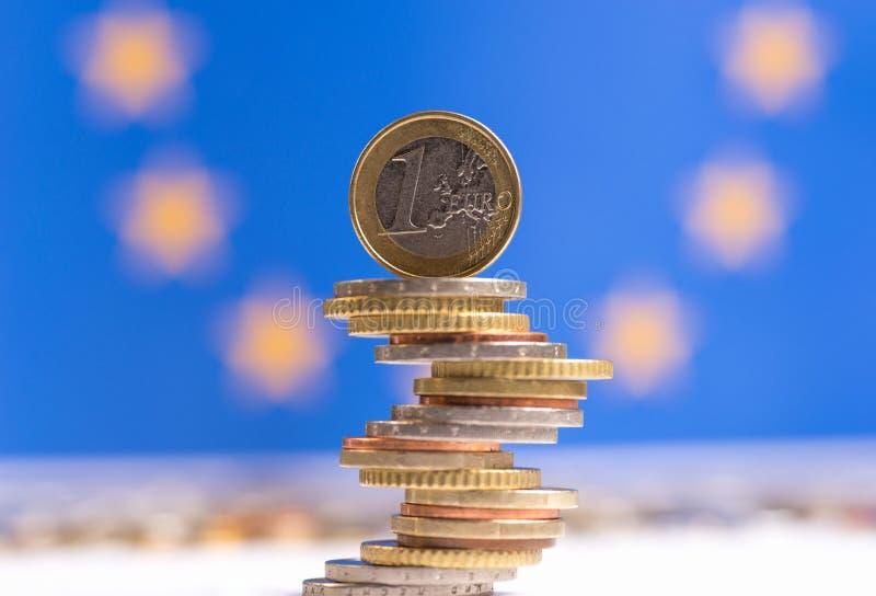Monedas euro apiladas en uno a en diversas posiciones foto de archivo libre de regalías