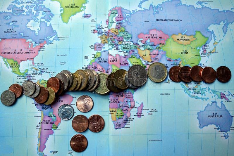 Monedas: monedas sobre del mundo imagen de archivo
