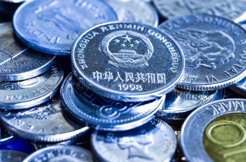 Monedas para el concepto financiero, imagen azul del tono fotos de archivo