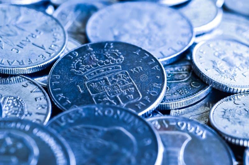 Monedas para el concepto financiero, imagen azul del tono imágenes de archivo libres de regalías