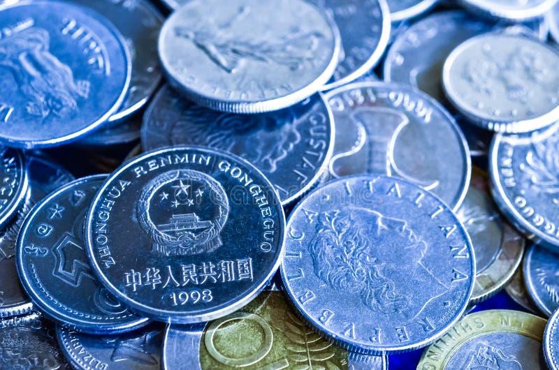 Monedas para el concepto financiero, imagen azul del tono fotos de archivo libres de regalías