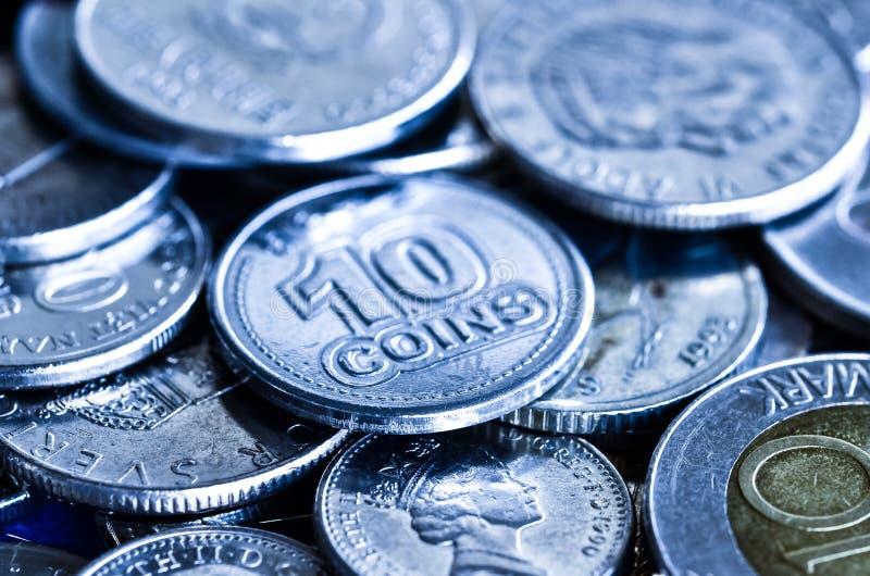 Monedas para el concepto financiero, imagen azul del tono fotografía de archivo