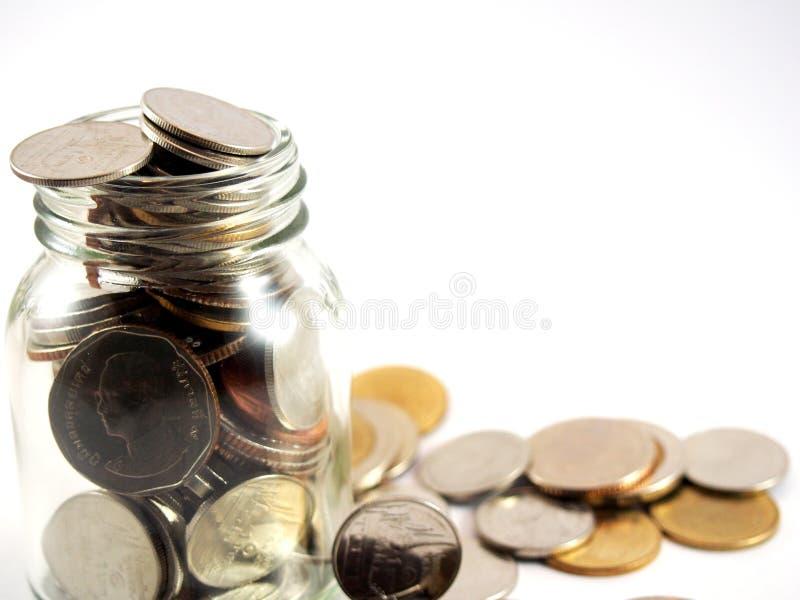 Monedas recogidas, dinero del baht tailandés en el vidrio, aislado en el fondo blanco foto de archivo libre de regalías
