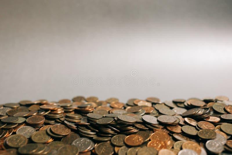 Monedas rusas del dinero en el fondo gris, espacio de la copia imagen de archivo libre de regalías