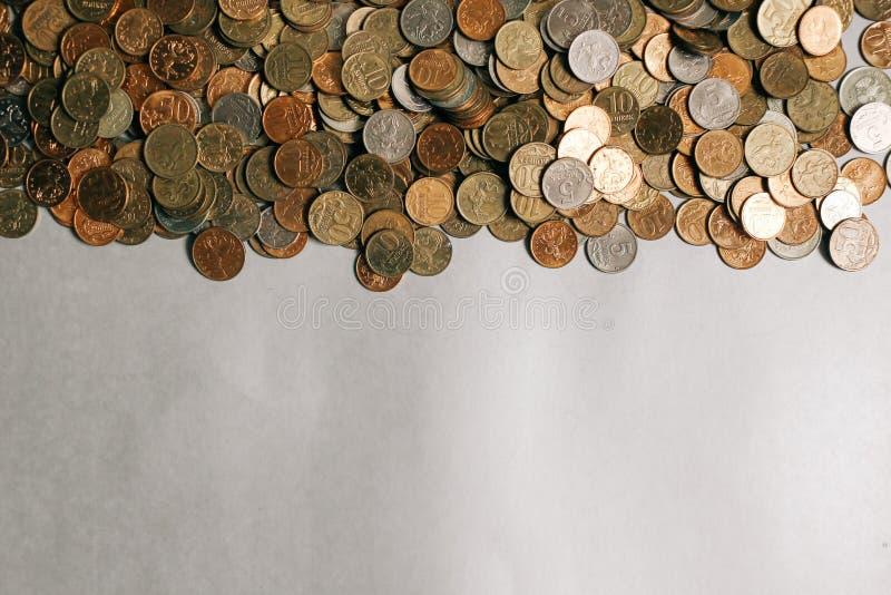 Monedas rusas del dinero en el fondo gris, espacio de la copia fotos de archivo