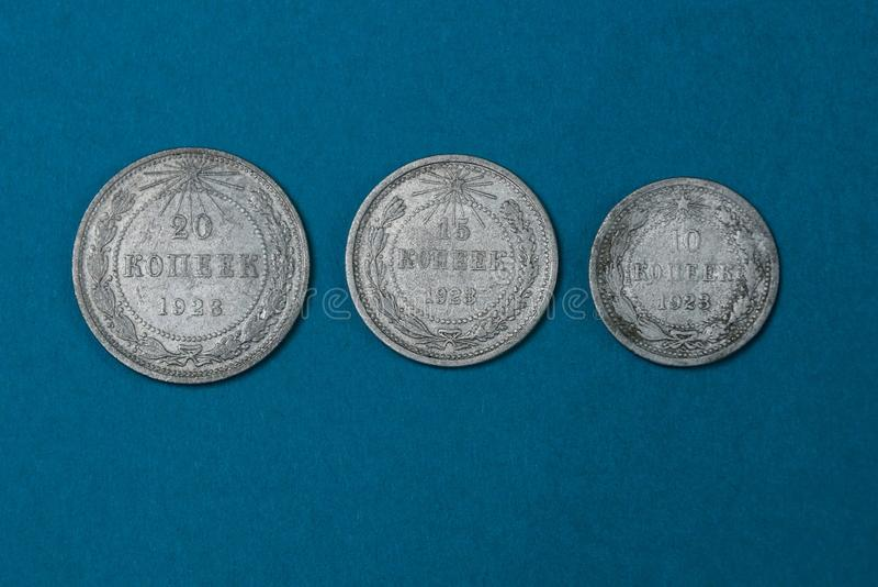 monedas soviéticas de plata viejas que mienten en una tabla azul foto de archivo libre de regalías