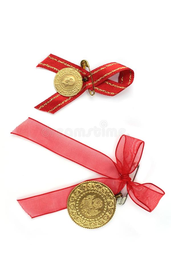 Monedas tradicionales turcas con la cinta roja. imágenes de archivo libres de regalías