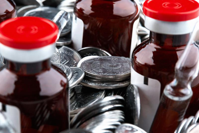 Monedas ucranianas, botellas con la medicina y ampollas foto de archivo libre de regalías