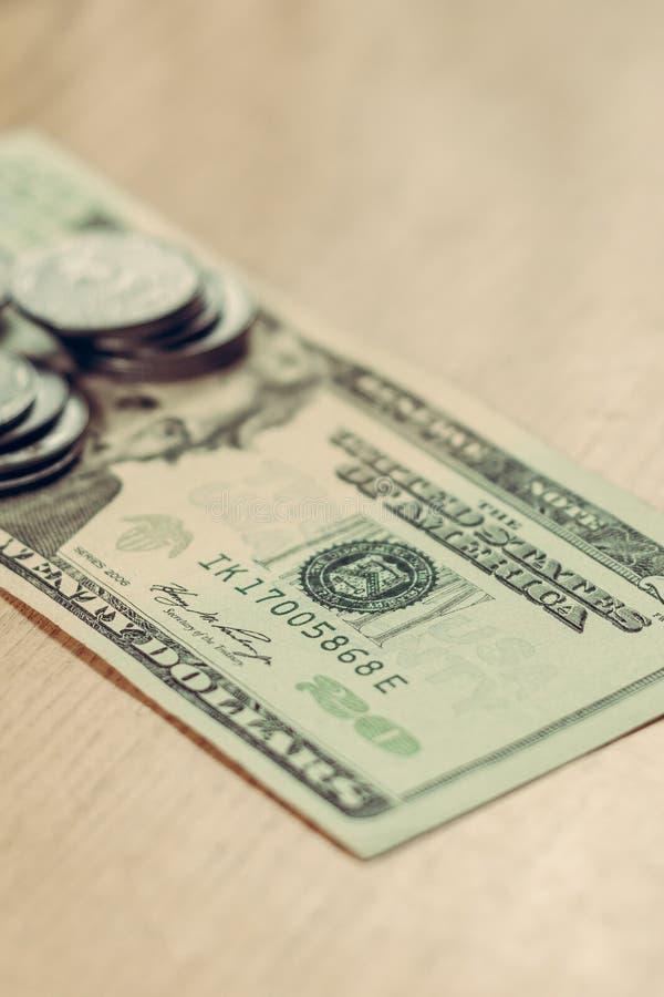 Monedas ucranianas en la denominación de cientos dólares en un fondo marrón claro imágenes de archivo libres de regalías