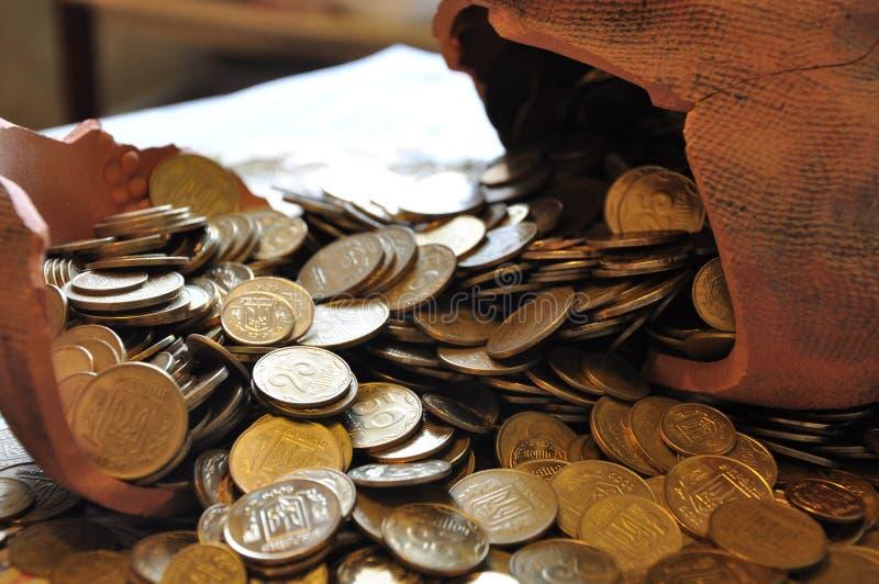 Monedas ucranianas en moneybox quebrado foto de archivo libre de regalías