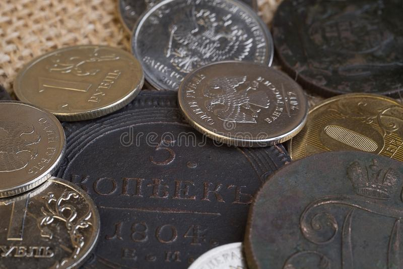 Monedas viejas y nuevas de Rusia para la comparación de las monedas redondas de la magnitud, del cobre y del hierro fotos de archivo libres de regalías