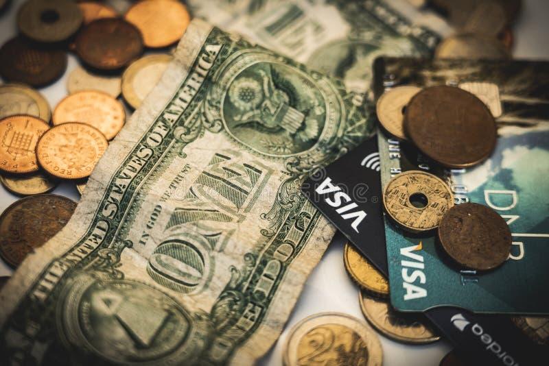 Monedas, visa y billetes de dólar, concepto del dinero imagen de archivo