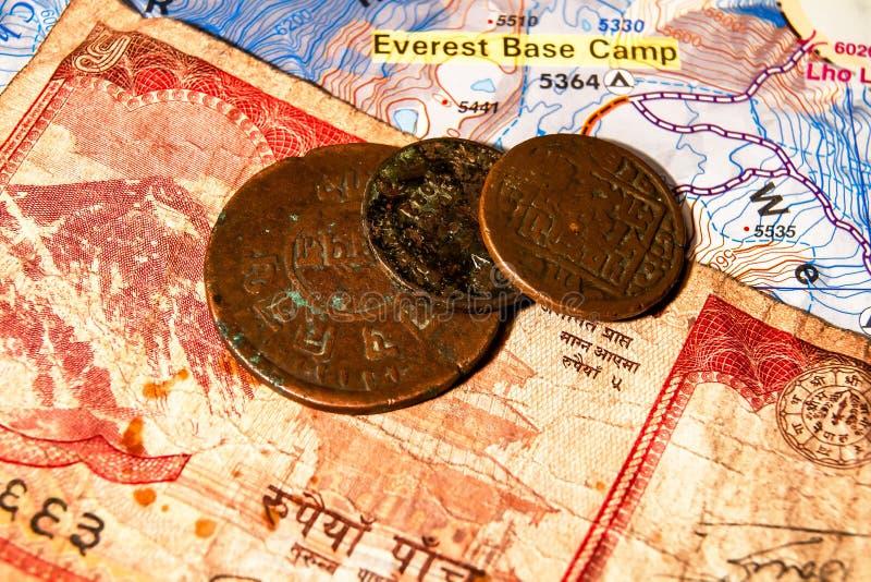 Monedas y billetes de banco del Nepali fotos de archivo