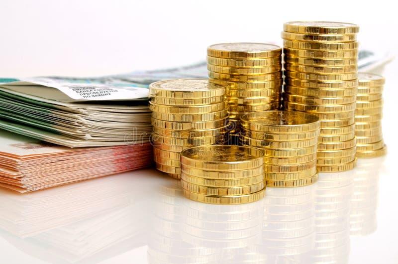 Monedas y billetes de banco rusos de las rublos del dinero en un fondo ligero foto de archivo libre de regalías