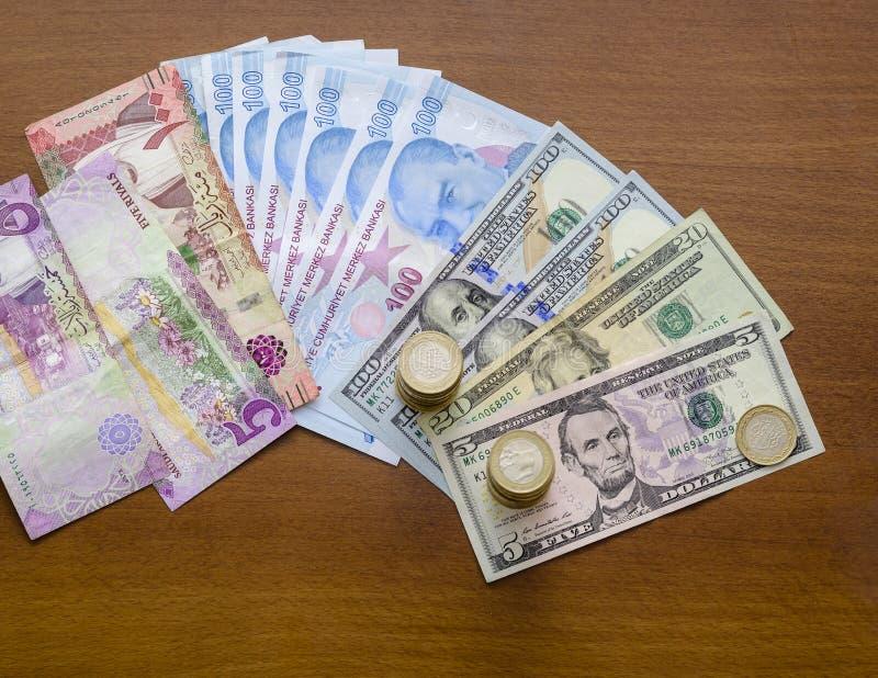 Monedas y billetes de papel en mesa imagenes de archivo