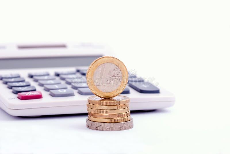 Monedas y calculadora euro imagen de archivo