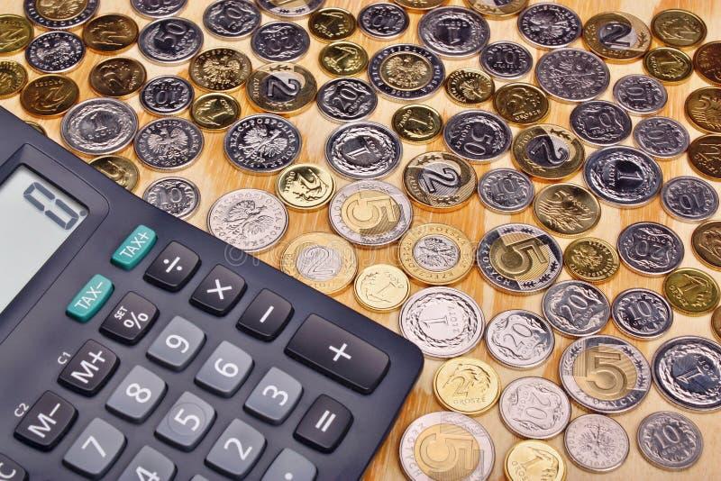 Monedas y calculadora polacas del dinero foto de archivo libre de regalías