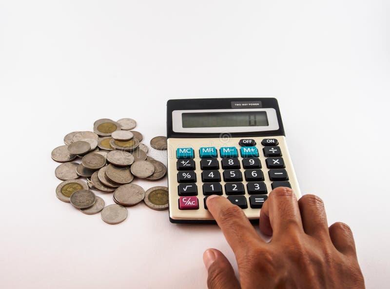 Monedas y concepto blanco del negocio de la calculadora imágenes de archivo libres de regalías